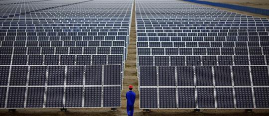 پنل های خورشیدی در نیروگاه خورشیدی